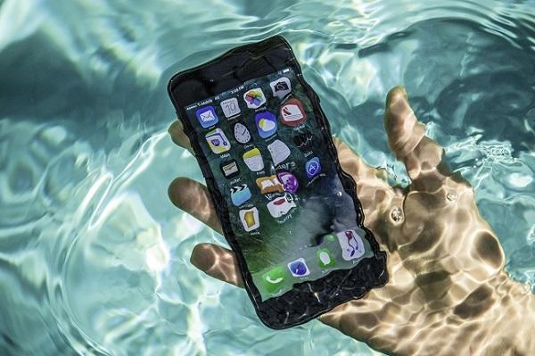 iPhone bị rơi xuống nước